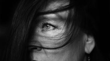 Kunstneren Jessie Kleemann var i pleje forskellige steder, indtil moren giftede sig igen og hentede sin otteårige hjem til sig. Jessie Kleemann fortæller, at hun som ung var dybt deprimeret og være fundamentalt i tvivl om, hvordan hun »kunne være som menneske, når jeg nu var så uværdig til at blive elsket.«