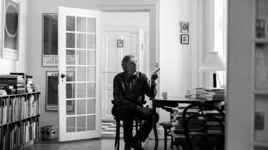 I 'Fra gud til måne' bevæger Asger Schnack sig på hele spektret, fra Nordbrandts kvaler over sproget til Højholts sproglege og -maskiner. Samlingen viser, at han er i ualmindelig god digterisk form, som gammel og garvet og helt nyfødt, skriver anmelder Kamilla Löfström.