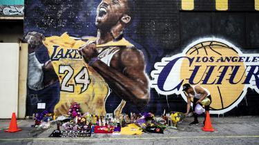 Kobe Bryan mindes ved Staples Center i Los Angeles efter at han er omkommet ved en helikopterulykke tidligere på ugen. Dødsfaldet efterlod store dele af verden i chok, og medier, kendisser og civile borgere stod klar til at sørge over og hylde legenden, der døde 41 år gammel i ulykken. En tidligere sag om seksuelle krænkelser hørte man ikke om meget om.