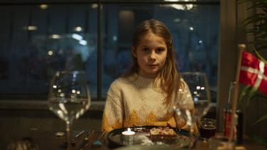 I de første minutter af 'Når støvet har lagt sig' glider kameraet rundt på en københavnsk restaurant og fanger glimt og lyd af gæsterne, der hygger sig. Pludselig sætter geværmænd punktum for de liv, vi netop troede skulle til at udfolde sig.