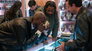 Basketballspilleren Kevin Garnett (i rollen som sig selv) er meget interesseret i den sjældne sorte opal, som diamanthandleren og hustleren Howard Ratner (Adam Sandler) har hentet hjem fra Afrika i Safdie-brødrenes 'Uncut Gems'.