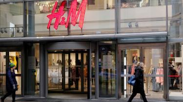 Hvorfor skal tykke folk købe deres tøj på nettet? Når H&M lukker deres plus-afdelinger, giver de en hel befolkningsgruppe indtryk af, at de ikke er velkomne. Og det er ikke en rar fornemmelse, skriver Zille Gellert i dette debatindlæg.