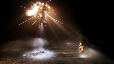 Scenen i 'Apokalypse' er sat med en kæmpestor sputnik, der hænger ned fra loftet midt i lokalet, som en lavthængende satellit er den placeret lige over hovederne på de to skuespillere.