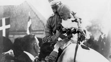 Christian X med præstedatteren Johanne. Hendes mor havde blot løftet pigen op for at overrække en blomsterbuket, men kongen tog pigen helt op på hesten og red med hende gennem folkemængden ved Frederikshøj.