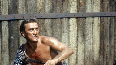 Kirk Douglas spiller slaven Spartacus i filmen af samme navn fra 1960, hvor han leder et oprør mod romerne i det antikke Rom. Det var en af hans bedste og vigtigste roller i en karriere, der strakte sig fra 1940'erne og frem til 2004, hvor han medvirkede i sin sidste film.