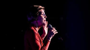 Den progressive senator fra Massachusetts, Elizabeth Warren, træder ind på scenen med en autoritet, som om hun allerede er blevet præsident:»Der vil stadig være folk, som siger, at det ikke kan lade sig gøre. Til dem kan jeg kun sige: Kom ind i kampen. Jeg har vundet kampe hele mit liv, som folk sagde, jeg ikke kunne vinde. Det er det, jeg gør«.