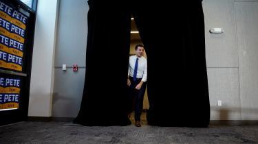 Efter sejren i Iowa har Pete Buttigieg i den seneste uges valgkamp i New Hampshire trukket flere vælgere end de andre kandidater til sine fire-fem daglige valgmøder. Her er han på vej ind til en valgmøde mandag i Plymouth, New Hampshire.