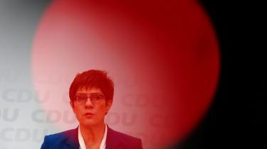 Merkels tidligere favorit til posten som kanslerkandidat, Annegret Kramp-Karrenbauer (AKK), smedmandag håndklædet i ringen.