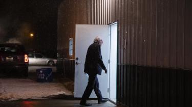 Bernie Sanders ser måske ikke ud af meget, foroverbøjet i krøllede bukser og en nusset mørkegrå blazer – mest ligner han en ældre mand på vej hjem fra bingo. Men når man hører ham tale, lyder han som en leder, der bevæger mennesker fremad mod sejre og bedre tider. Og når man ser, hvad det gør ved gamle og unge, mænd og kvinder, arbejdere og landmænd, studerende og arbejdsløse, som kommer for at høre ham, forstår man, hvorfor han er blevet favorit til at blive demokraternes præsidentkandidat.