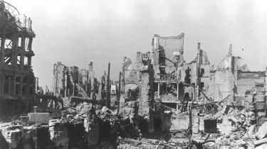 Natten mellem den 13. og 14. februar 1945 gennemførte tre gigantiske luftflåder af først britiske siden amerikanske tunge bombemaskiner et af krigshistoriens mest omfattende bombardementer. Kun Hamborg og Hiroshima og Nagasaki er formentlig i sprængkraft overgået af, hvad der i de dage skete i Dresden.