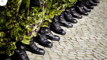 »Meningen med uniformen i forsvaret er i særdeleshed, at en soldats sociale baggrund ikke skal være tydelig og have betydning for hans eller hendes position. Uniformen sikrer med andre ord, at bondens søn ikke er mindre værd end adelens søn på slagmarken,« skriver Natalie Barrington Rosendahl i denne leder.