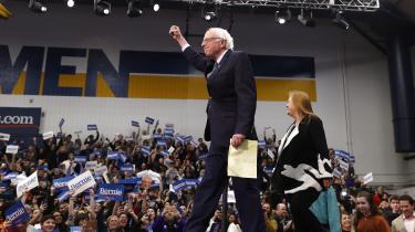 Salen eksploderer i jubel, råb og sange, og Sanderstilhængere vinker med deres blå og hvide skilte over hovedet, da den 78-årige senator endelig dukker op på sin talerstolen for at erklære sejr. Men Bernie Sanders sejr blev meget mindre end forventet, og Buttigieg kom tæt på.