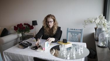 Med en arbejdsuge på 39 timer er det umuligt for Beate Cecilie Stampe ikke at få dårlig samvittighed, selvom selvom hun ser sine forældre hver uge.