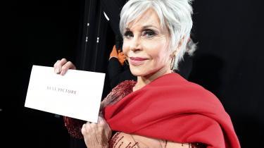 Vi er tilbøjelige til at tilgive Jane Fonda for hendes tomme gestus om bæredygtige smykker på instagram, for det var hende, der overrakte oscarprisen for bedste film til 'Parasite'.