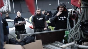 Fagforeningsaktivister protesterer foran en byggeplads i Valby, hvor der er udenlandske håndværkere uden overenskomst. Ofte hører vi om social dumping, når firmaer bryder overenskomsten eller byder deres medarbejdere vilkår, der strider imod arbejdsmiljølovgivningen. Men fagbevægelsen mener også, at der er tale om social dumping, når udenlandske arbejdstagere omfattet af overenskomsten konsekvent betales mindre end deres danske kolleger.
