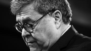 Justitsminister William Barr gav på opfordring fra Donald Trump statsadvokaterne ordre til at forkorte straffen mod en af Trumps nære allierede, Roger Stone.
