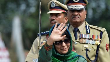 Leder af partiet Jummu, Mehbooba Mufti, der har ses på et billede taget under fejringen af Uafhængighedsdagen i august 2016, sidder ligesom Kashmirs tidligere regeringschef Omar Abdullah i husarrest. I sidste uge blev de begge underlagt nye retningslinjer, der gør det muligt at holde dem indespærret i op til to år uden rettergang.