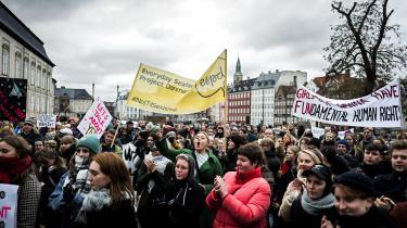 En gruppe demonstrerende i København forsøgte tilbage i 2019, at sætte fokus på vigtigheden af samtykke i alle seksuelle relationer. Demonstrationen blev blandt andet arrangeret af Amnesty International.