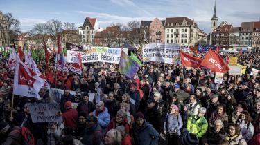 Demonstranter på gaden i Thüringens hovedstad Erfurt skiltede i weekenden med slogans som »Ingen pagt med fascister« og »Aldrig mere Nazityskland«. Konkret siger de nej tak til, at det liberale FDP og Merkels CDU på bekostning af ministerpræsidenten fra venstrefløjspartiet Die Linke, Bodo Ramelow, havde stemt deres egen borgerlige kandidat igennem med hjælp fra det højreradikale Alternative für Deutschland.