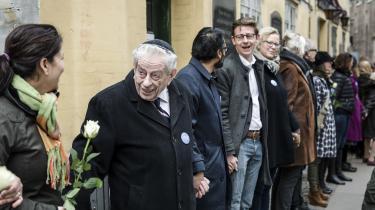 Lars Dencik står sammen med en række andre forskere bag en undersøgelse om antisemitisme i EU-lande. Undersøgelsen viser, at Danmark er et af de mindst antisemitiske lande i Europa. Billedet er fra en fredsring med 600 mennesker omkring den jødiske synagoge i Krystalgade i København.