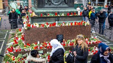 Borgere viser deres respekt for dødsofrene i Hanau ved at lægge blomster og tænde lys på pladsen i midten af byen. Den 43-årige højreradikale enspænder og fritidsskytte Tobias R. dræbte onsdag aften ni mennesker, heraf næsten alle med migrationsbaggrund.