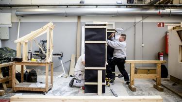 Billedet er fra Erhvervsskolen Nordsjælland, hvor eleverne er ved at uddanne sig til tømre. Hver tredje elev uden handicap dropper ud af skolen, inden vedkommende har færdiggjort uddannelsen. For elever med handicap gælder det hver anden.
