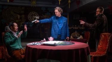 Cannabiskongen Mickey Pearson (Matthew McConaughey) og hans højre hånd, Ray (Charlie Hunnam), har et alvorsord med en af deres konkurrenter, Lord George (Tom Wu), i Guy Ritchies gangsterkomedie, 'The Gentlemen'.