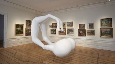 Der er gået hundrede år, siden de skandinaviske kvindelige modernister med Astrid Holm i spidsen slog deres folder. Nu kan se ses i Rønnebæksholms aktuelle udstilling 'Astrid Holm & Co', hvor de har har selskab af Helene Nymanns skulptur, som pivoterer rundt og peger på de gamle malerier. Skulpturen forestiller de centre i hjernen – hippocampus – som varetager vores langtidshukommelse.