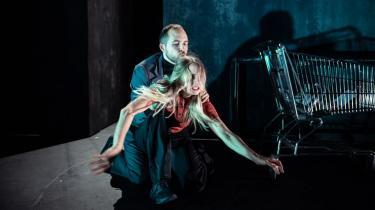 Hvordan ville det se ud, hvis vi kunne se en psykisk lidelse som angst? På Teater Grob har dramtikeren Anna Bro i forestillingen Rædsel manet fysisk liv i angsten og givet den en krop – ogvirkningen er slående!
