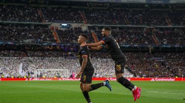 Manchester Citys Gabriel Jesus og Riyad Mahrez fejrer en scoring i kampen mod Real Madrid tirsdag, hvor City vandt 2-1 i Madrid i Champions League-turneringen. Med sejren har City gode chancer for at gå videre til næste runde. Men klubben har også udsigt til en udelukkelse fra Champions League i de to kommende sæsoner, fordi den har handlet i strid med UEFA's Financial Fair Play-regler.