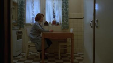 Chantal Akermans ubevægelige kamera rammer spartansk Jeanne Dielman (Delphine Seyrig) ind og understreger hendes ensomhed og monotonien i hendes liv i 'Jeanne Dielman, 23, Quai du Commerce, 1080 Bruxelles'.