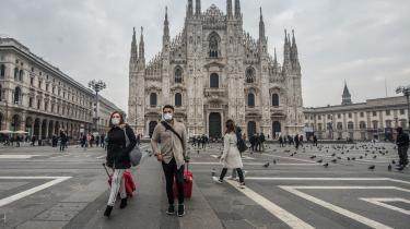 Det er især Italiens økonomiske hjerte i Norditalien, der er inficeret med coronavirus, og det rammer landets økonomi hårdt. Her den usædvanligt tomme plads foran katedralen i Milan – byen, der udgør landets finanscentrum.