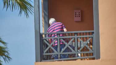 Sammen med sin mand og deres børnebørn på 13 og 16 er pensionist Hanne Christensen i karantæne på et hotelværelse på Tenerife sammen med knap 1.000 andre gæster, efter at fire gæster er testet positive med coronavirus