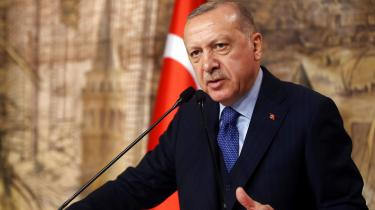 Tyrkiets præsident, Recep Tayyip Erdogan, sagde fredag, at Tyrkiet havde »åbnet portene« og vil lade nogle af de 3,6 millioner syriske flygtninge, der opholder sig i landet, søge uhindret mod Europa.