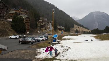 Det tidligere skisportssted Drouzin i Frankrig ligger i 1.200 meter højde og kan ikke længere være sikker på at få naturligt sne - den kommer i stede tfor snekanoner.
