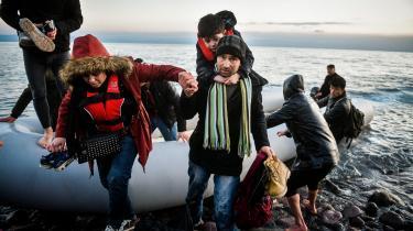 I de seneste dage er op mod 1.000 flygtninge ankommet til den græske ø Lesbos fra Tyrkiet. Her hjælpes flygtninge fra Afghanistan på land efter at have krydset Det Ægæiske Hav i gummibåd.