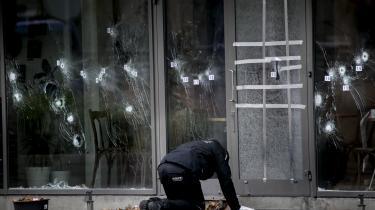 Politiets teknikere i 2015 i færd med at undersøge gerningstedet ved kulturhuset Krudttønden på Østerbro i København, hvor Omar El-Hussein dræbte filmmanden Finn Nørgaard. Det havde de formentligt ikke behøvet, hvis PET eksempelvis havde taget advarslerne i en indberetning fra Kriminalforsorgen alvorligt.