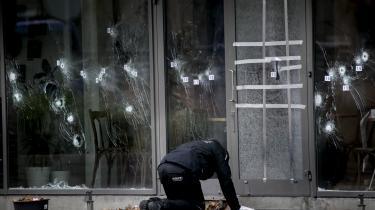 I februar 2015 angrebOmar El-Hussein Krudttønden (billedet) og synagogen i København. Her sespolitiets teknikere undersøgeskudhuller på gerningsstedet ved kulturhuset Krudttønden på Østerbro.