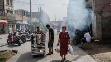 Titusindvis af indbyggere fra den muslimsk-dominerede Xinjiang-provins i det vestlige Kina bliver sendt til fabrikker rundt omkring i Kina, hvor de arbejder under tvangslignende forhold, konkluderer ny rapport. På billedet ses indbyggere i den gamle muslimske bydel Yarkand i Xinjiang-provinsen.