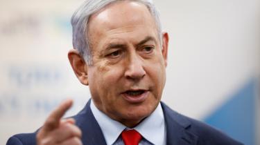 Benjamin Netanyahu står anklaget for bestikkelse, korruption og mandatsvig. Retssagerne begynder den 17. marts, og hele processen kan skabe yderligere kaos i israelsk politik.