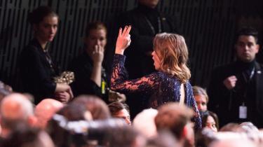 Adèle Haenel udvandrer fra salen, mens hun råber »Skam jer!«, efter Roman Polanski vinder prisen for bedste instruktør under César-prisfesten i Paris den 28. februar.