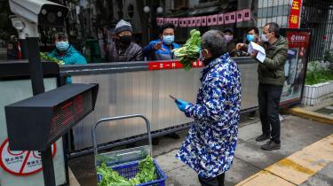 Det er svært at vurdere dødeligheden af Corona, så længe der er et stort mørketal over, hvor mange der er blevet smittet. Det ville hjælpe på at vurdere mørketallet, hvis man i Wuhan-området i Kina foretog undersøgelser af tilfældige personer for at se, om de har antistoffer for Corona. Altså om de har været inficeret uden at være registreret. På billedet langes grøntsager ind i en af de isolerede bydele i Wuhan i Kina.