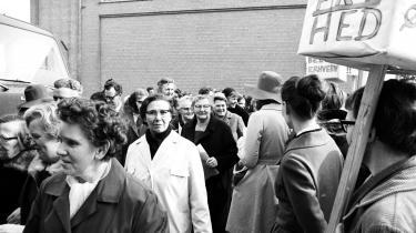 Efter en demonstration på Strøget i København uddeler Rødstrømperne i 1970 løbesedler om ligeløn til Tuborgs kvindelige bryggeriarbejdere.