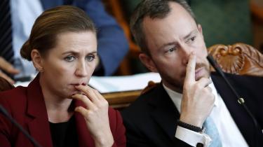 Mette Frederiksen og S-regeringen har med sin hårde kurs på udlændingeområdet lagt sig ud med støttepartierne, men også lukket flanken over for de blå partier, der nu strides om, hvorvidt V og formand Jakob Ellemann-Jensen er for bløde.