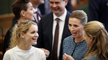 Partilederne er i stigende grad kvinder, og det kan ses. I følge modeforsker Erik Hansen-Hansen er det meget lettere for kvindelige ledere at udstråle, hvem de er, og hvad de gerne vil med deres magt, fordi de kan variere deres påklædning meget mere end mændene.