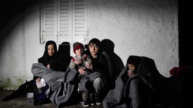 Nyligt ankomne flygtninge på Lesbos har søgt ly ved et hus på stranden.