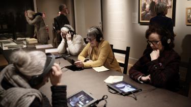 På Statens Museum for Kunst i København indførte de tirsdag øgede restriktioner på, hvor mange mennesker, der måtte være på museet af gangen, og vagter holdt øje med antal og at de besøgende holdt behørig afstand. Her er det besøgende ved den populære Anna Ancher-udstilling. Torsdag blev museet helt lukket.