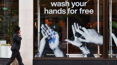 I Liverpool lokkede en butik kunder ind med gratis håndvask. Om folk så sang Happy Birthday imens, vides ikke. Men det burde de.
