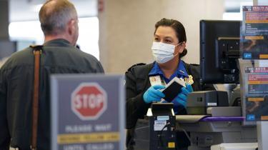 USA forbyder indrejse fra EU's 26 Schengen-lande i en måned for at dæmme op for »den udenlandske virus«.
