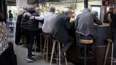 I Malmø flokkes advokater, revisorer og andre med beskæftigelse i de høje glasbygninger i byens nybyggede havnekvarter til Saluhallen for at spise frokost.